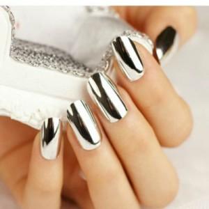 un exemple de faux ongles métallisés